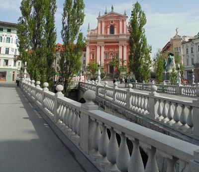 Drie Bruggen met op achtergrond Barokke Franciscuskerk & standbeel van France Prešeren