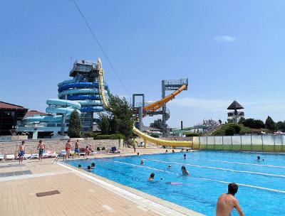 Een blik op één van de vele zwembaden & glijbanen waaronder de gele looping glijbaan