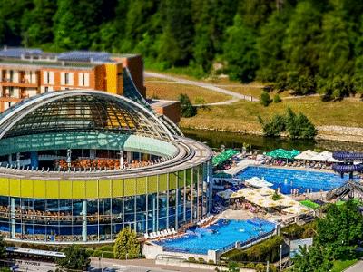 blik op zwembaden van Thermana Park Lasko