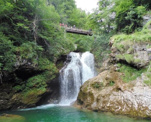 Een zicht op het vallende water van de waterval Šum & de rivier de Radovna