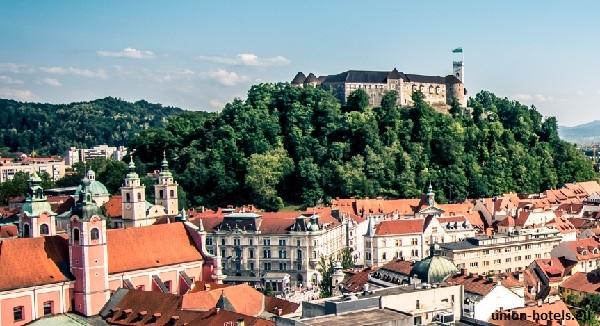 Het Kasteel van Ljubljana gelegen op een beboste bergheuvel overheerst de binnenstad