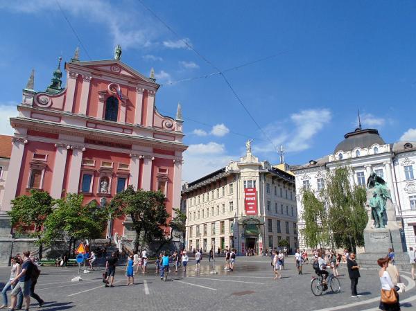 Een blik op het Prešerenplein met aan de linkerkant de Barokke Franciscuskerk en aan de rechterkant het standbeeld van France Prešeren
