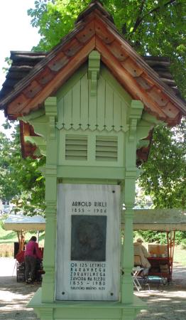 Een gedenkteken van Arnold Rilki in het park van Bled
