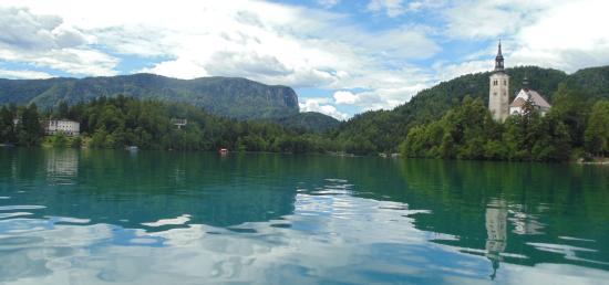 Een prachtige uitzicht op het meer van Bled met rechts het Maria-eiland & links Villa Bled