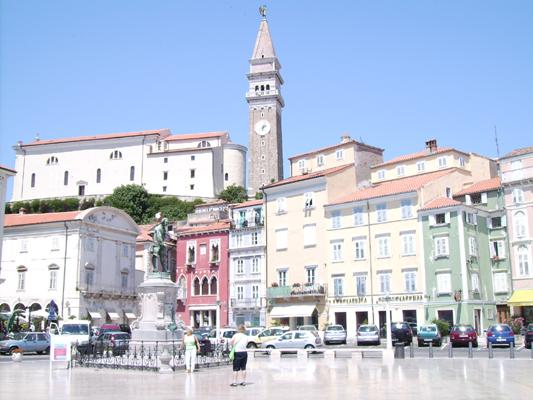In het midden de Georgiuskathedraal met daaronder standbeeld van Tartini & rechts ervan het Venetiaans palazzo