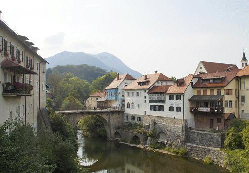 Een blik op de Kapucijnenbrug, de Selška Sora rivier en rechts de Kapucijnenkerk